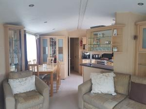 12M-willerby-winchester-dining