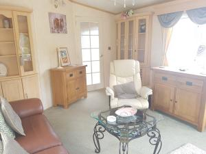 13M-bk-bluebird-senator-livingroom
