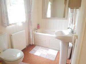 68LM-devon-deluxe-super-bathroom